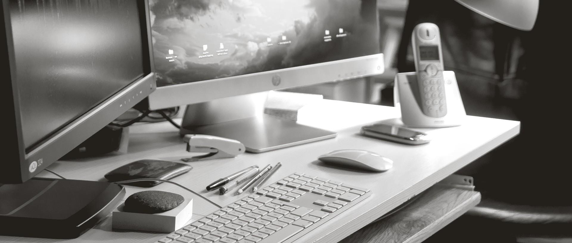 bureau, clavier, souris, écrans, téléphones - studio de communication visuelle